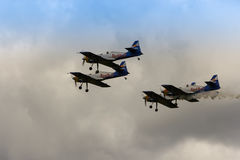 ZELTWEG ÖSTERRIKE - JULI 02, 2011: Lag för flygtjurkonstflygning, Royaltyfri Fotografi
