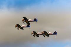 ZELTWEG AUSTRIA, LIPIEC, - 02, 2011: Latająca byków Aerobatics drużyna, Zdjęcie Royalty Free