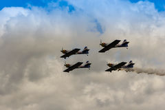 ZELTWEG AUSTRIA, LIPIEC, - 02, 2011: Latająca byków Aerobatics drużyna, Fotografia Stock