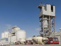 Zement-Fabrik und LKWs Lizenzfreies Stockbild