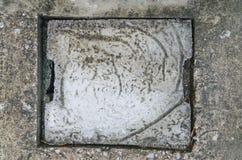 Zement-Kanaldeckel des Abflusses im Haushalt Stockbilder