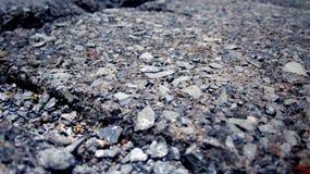 Zement-Ziegelstein mit kleinen Felsen Lizenzfreie Stockfotos