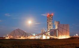 Zementfabrik am Mondschein Stockbild