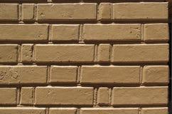 Zementierte graue Maurerarbeit mit fallendem Gips lizenzfreies stockfoto