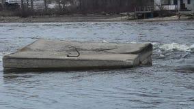 Zementquadrat mitten in einem freifließenden Fluss stock video