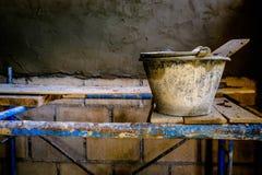 Zementwand, die Ausrüstung vergipst lizenzfreie stockbilder