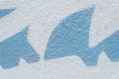 Zementwand mit blauen Formen Stockfotografie