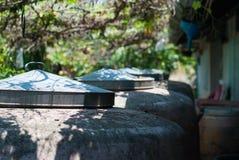 Zementwasserbehälter mit dem geschlossenen Metalldeckel ist unter dem ro ausgerichtet stockfotos