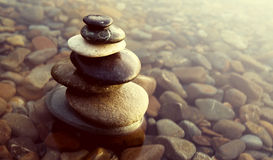 Zen Balance Rocks Pebbles Covered vattenbegrepp Royaltyfria Foton