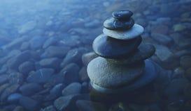 Zen Balance Rocks Pebbles Covered vattenbegrepp Fotografering för Bildbyråer