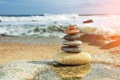 Zen Balancing Pebbles en la playa foto de archivo