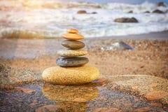 Zen Balancing Pebbles en la playa imagenes de archivo