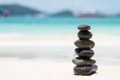 Zen Balancing Pebbles på stranden arkivfoto