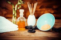 Zen bazalta zdrój i kamienie oliwią na drewnie Fotografia Stock