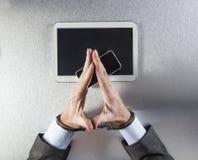 Zen biznesmena ręki z kajdankami dla pojęcia mobilny relaks Zdjęcia Royalty Free