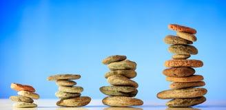 Zen dryluje sterty na niebieskiego nieba i morza tle Zdjęcie Stock