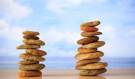 Zen dryluje sterty na niebieskiego nieba i morza tle Fotografia Stock