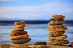 Zen dryluje sterty na niebieskiego nieba i morza tle Obrazy Stock