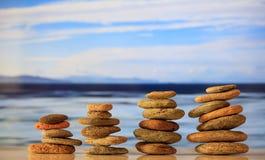 Zen dryluje sterty na niebieskiego nieba i morza tle Obraz Stock