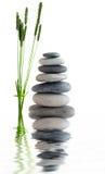 Zen entsteint nahe Wasser Stockfotos