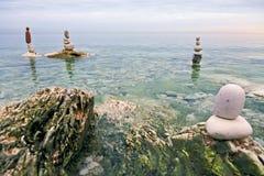 Zen evenwichtige stenen op het overzees Royalty-vrije Stock Afbeeldingen