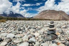 Zen evenwichtige stenenstapel Stock Foto's