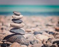 Zen evenwichtige stenenstapel stock afbeeldingen