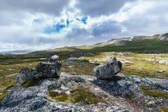 Zen evenwichtige stenenstapel in hooggebergte op de manier aan Trolltunga Noorwegen Royalty-vrije Stock Foto's