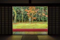 Zen Garden Style met rood Tapijt in Kleurrijk Autumn Momiji bij Daitokuji-Tempel, Kyoto Royalty-vrije Stock Afbeeldingen