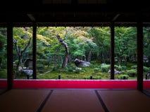 Zen Garden View dalla stanza di Tatami fotografia stock libera da diritti