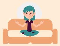Zen Girl Meditating en el sofá Foto de archivo libre de regalías