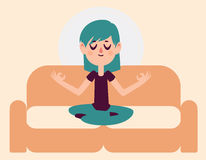 Zen Girl Meditating no sofá Foto de Stock Royalty Free