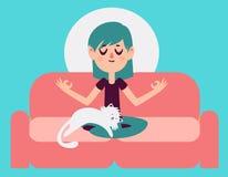 Zen Girl Meditating på soffan med katten Arkivfoto