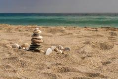 Zen jak wysokość balansujący kamienie wypiętrza na morze plaży Obrazy Stock