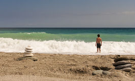 Zen jak wysokość balansujący kamienie wypiętrza na morze plaży Zdjęcia Royalty Free