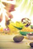 Zen kamieni perfumowej świeczki drewniany tło Zdjęcie Stock