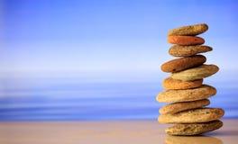 Zen kamieni sterta na niebieskiego nieba i morza tle Zdjęcie Stock