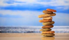 Zen kamieni sterta na niebieskiego nieba i morza tle Fotografia Stock