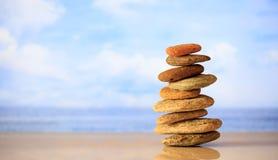 Zen kamieni sterta na niebieskiego nieba i morza tle Obraz Royalty Free