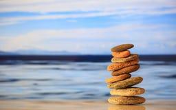 Zen kamieni sterta na niebieskiego nieba i morza tle Zdjęcia Stock