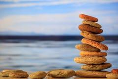 Zen kamieni sterta na niebieskiego nieba i morza tle Obrazy Royalty Free