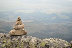 Zen kamieni sterta w wysokich górach Obraz Royalty Free