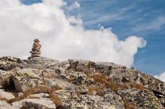 Zen kamieni sterta w wysokich górach Zdjęcie Royalty Free