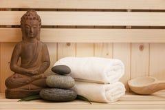 Zen kamienie i Buddha statua w sauna Obrazy Stock