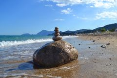 Zen kamienie na seashore w słonecznym dniu zdjęcia royalty free