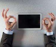 Zen kierownik czyta jego cyfrową pastylkę przy biurem wręcza relaksować, Obraz Royalty Free