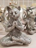 Zen Kitty Cat i Buddhameditation poserar royaltyfria bilder