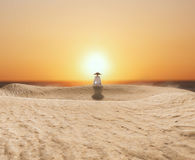 Zen Master Meditating in der Wüste Stockfotografie