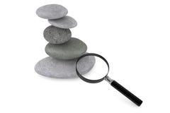 Zen ogródu kamienie i powiększać - szkło Obrazy Royalty Free