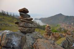 Zen ogródu skały Widok na Baikal jeziorze, Syberia Lato Obrazy Stock